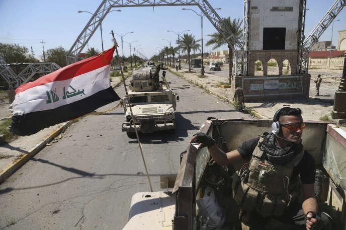 Les forces armées irakiennes sont déployées dans la ville de Tikrit, à 160 km au nord de Bagdad, le 2 avril 2015, un jour après avoir repris la ville aux djihadistes de l'Etat islamique.