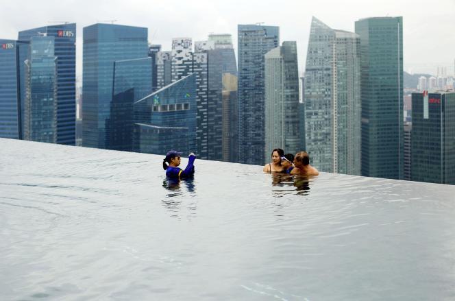 La piscine à débordement de l'hôtel Marina Bay Sands, située au 57e étage.