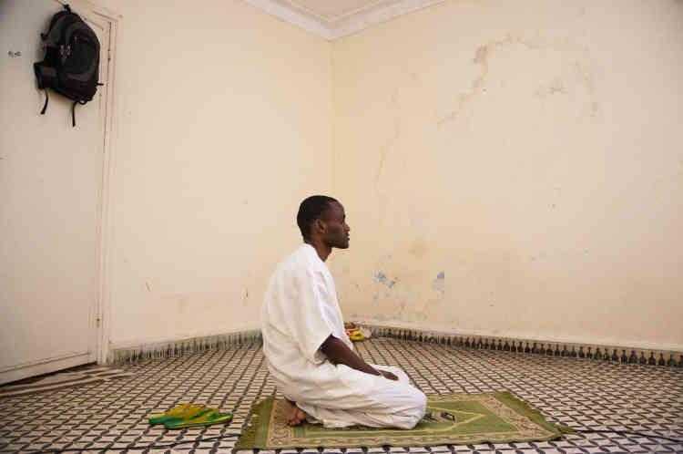 Bechir s'est reconstitué un espace intime dans sa chambre. Un lieu où il s'isole de ses colocataires pour travailler et faire ses prières quotidiennes.