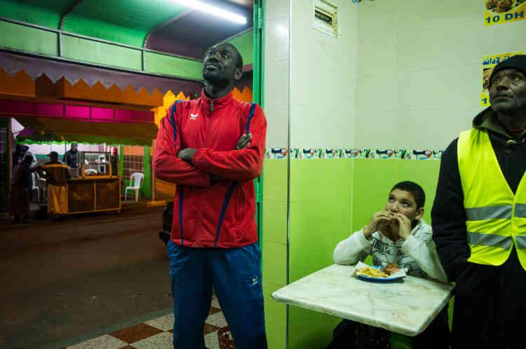 Après son entrainement de karaté, Samba a l'habitude de manger dans une des sandwicheries du quartier de Moulay Rachid, en banlieue de Casablanca. Au menu, sandwich-omelette et jus d'avocat. Un repas qui lui coûte 25 dirhams (environ deux euros cinquante).