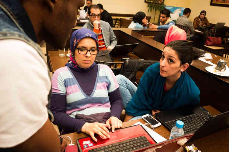 Bechir, Sara et Lamia se retrouvent dans un café pour un travail de groupe. Sara et Lamia sont les représentantes de la classe de Bechir auprès de l'administration universitaire. Leur préoccupation commune est de trouver un stage de fin d'études en entreprise. Lamia admet qu'il sera plus compliqué pour Bechir d'en trouver un en raison de sa nationalité étrangère.
