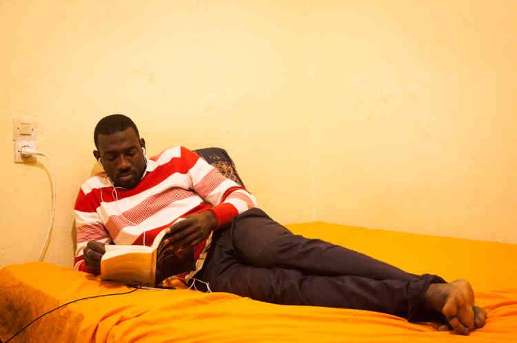Il est 2 heures du matin. Samba a enfin retrouvé sa chambre. Pas un bruit ne résonne dans sa colocation. Le quartier s'est endormi aussi. Un moment propice pour appeler sa famille restée à Nouadhibou, en Mauritanie. Samba vit en colocation avec d'autres étudiants africains à Hay Moulay Rachid groupe 3, un quartier populaire qu'on lui présentait, dès son arrivée au Maroc en 2012, comme un «coin chaud» de la mégalopole casablancaise. «Ici, je me sens chez moi!» dit-il.