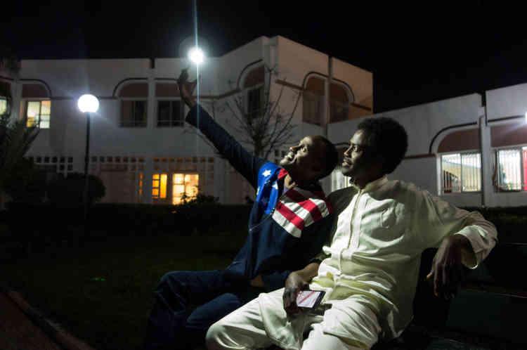 Bechir et Idriss sont arrivés au Maroc le même jour. «C'était le 28 octobre 2010» se rappellent-ils. Ils se sont rencontrés dans l'avion qui rejoignait la Libye. A l'époque, en l'absence de coopération diplomatique entre le Tchad et le Maroc, les futurs étudiants étaient forcés de récupérer, dans un premier temps, un visa étudiant de trois mois à l'ambassade marocaine en Libye. Les deux étudiants finiront leur cursus universitaire au mois de juillet 2015. Il est probable qu'ils rentrent ensuite au Tchad ensemble. Idriss rêve de devenir diplomate tandis que Béchir espère être économiste.