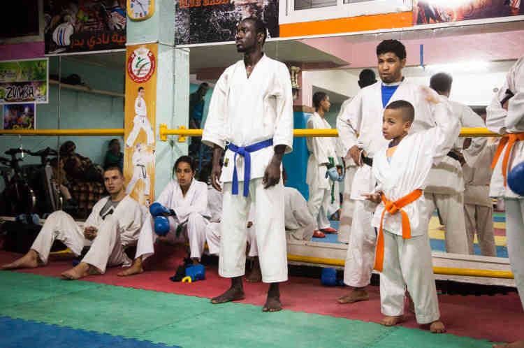 Samba Soumbounou, 28 ans, Mauritanien, prépare un doctorat en gestion du patrimoine à l'université Hassan II de Casablanca. Trois fois par semaine, il s'entraine au sein du club de karaté situé à quelques ruelles de sa maison. Samba affirme avoir beaucoup d'admiration pour son maître, Mohamed Elmoghrani, qu'il assiste durant les entrainements des plus jeunes. Samba peut concourir dans des compétitions régionales mais pas nationales en raison de sa nationalité étrangère.