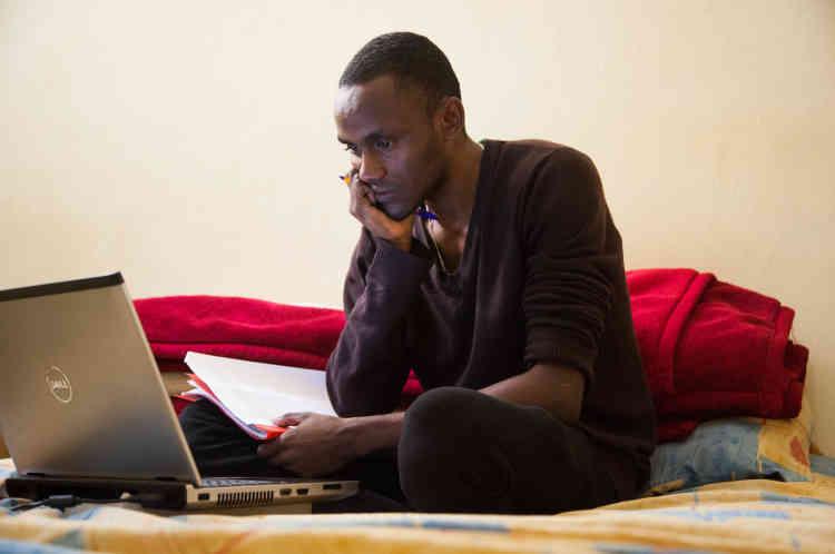 S'il n'est pas à la bibliothèque nationale de Rabat, Bechir travaille dans sa chambre. Il partage une cuisine, une salle de bain et une connexion internet avec deux autres étudiants maliens, à Salé, en périphérie de Rabat.