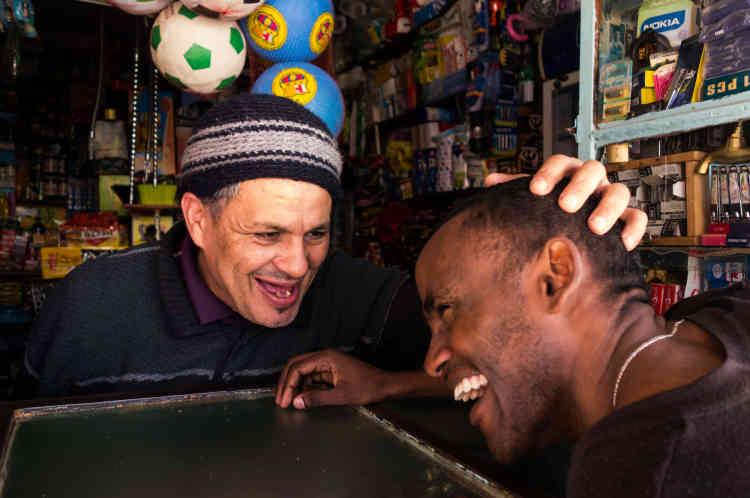 Abou El Kacim, est le boutiquier de son quartier. Une relation de confiance et d'amitié s'est tissée entre Bechir et lui. Abou s'intéresse à l'évolution politique du Tchad. Il prévient Bechir quand le climat se rafraîchit pour qu'il n'attrape pas froid et lui recommande des recettes de plats marocains.