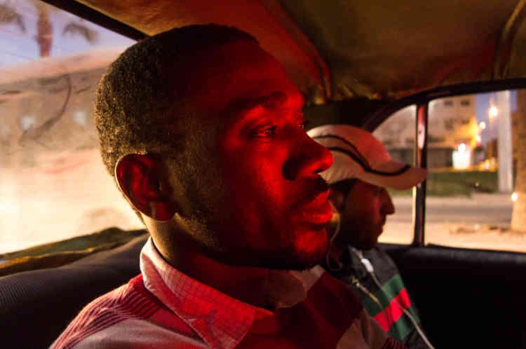 Samba emprunte régulièrement le taxi collectif appelé «grand taxi» ou « taxi blanc » par les Européens. Un moyen de transport moins cher que les «petits taxis» qui fonctionnement avec un compteur. Selon la distance, une course peut coûter entre cinq et dix dirhams (moins d'un euro).