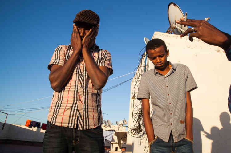 Salim (à gauche), étudiant guinéen de 24 ans titulaire d'une licence en informatique obtenue à l'université Barak Obama de Conakry, vit à Oulfa, autre quartier populaire situé en périphérie de de Casablanca. Arrivé depuis quatre mois au Maroc, Salim est aujourd'hui désenchanté.  «Quand Ebola est arrivé en Guinée, tout est parti. Donc je suis venu au Maroc pour continuer mes études en master ou travailler. Mais mon passeport  et ma carte d'étudiant guinéen ne valent pas grand chose ici », explique t-il.