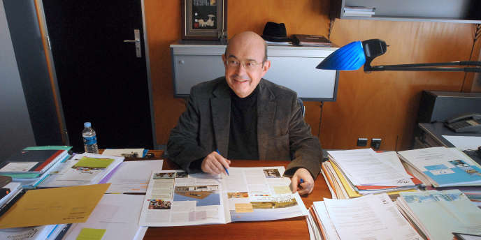 Le maire socialiste de Tours, Jean Germain, dans son bureau, le 8 février 2008 à Tours.