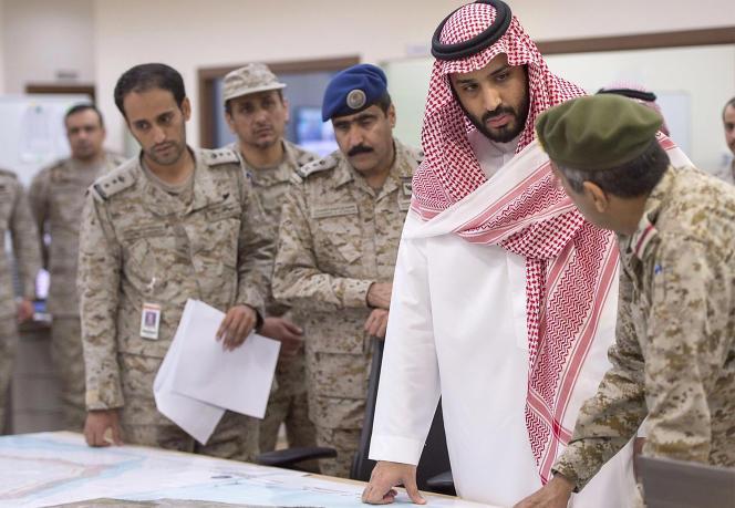 A gauche : Mohamed Ben Salman, le ministre de la défense saoudien, ici au centre de contrôle de l'armée de l'air, à Riyad, le 26mars, est le maître d'œuvre de la nouvelle politique offensive du royaume.