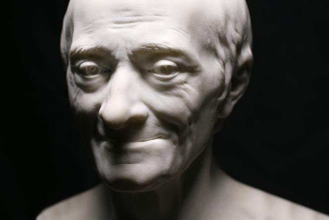 Buste de Voltaire en marbre (1778) par Jean-Antoine Houdon.
