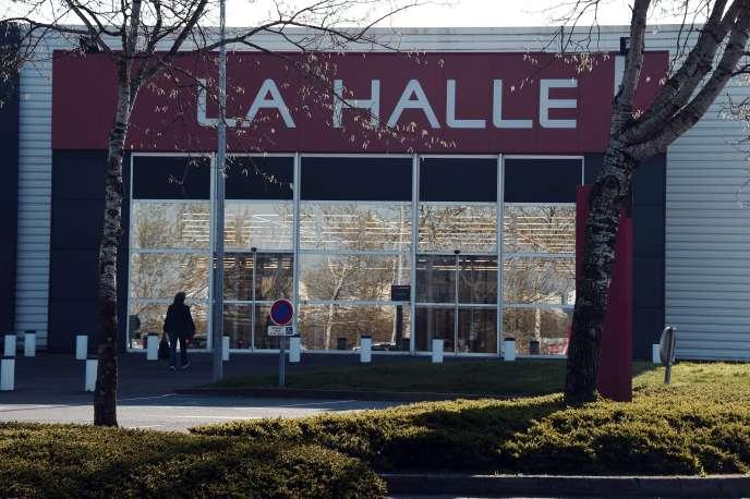 Un magasin La Halle aux vêtements à Chantepie, en banlieue de Rennes, le 7 avril.