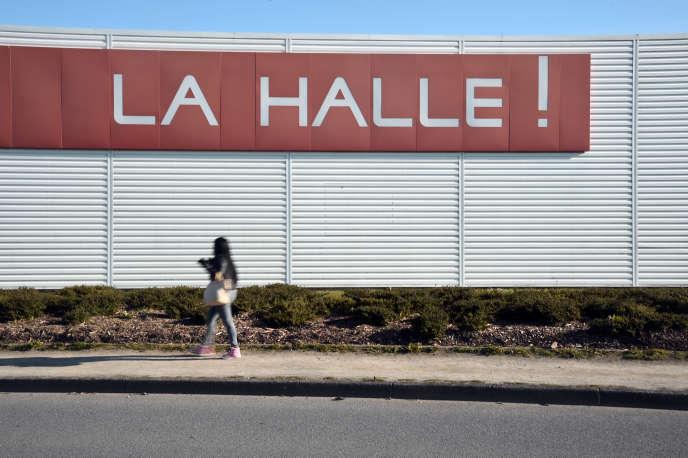 Devant un magasin de Rennes, en janvier 2015. Selon le syndicaliste de la CGT, la montée en gamme des prix de la Halle aux vêtements