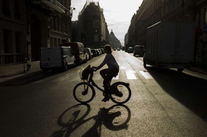 Un Vélib' dans les rues de Paris, en septembre 2014.