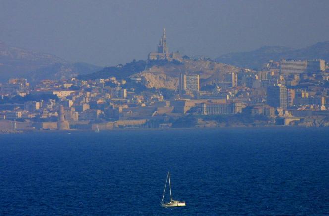 La rade de Marseille, dont le ciel est voilé par une brume de chaleur.