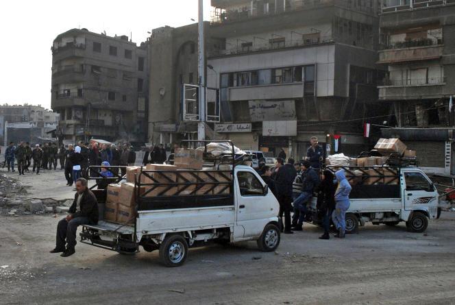 Des camions des Nations unies distribuent des vivres dans le camp de Yarmouk, le 30 janvier 2014.