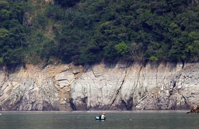 Un homme pêche sur le barrage Shihmen à Taoyuan, le 8 avril.