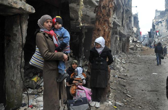 Une habitante du camp de Yarmouk attend de pouvoir partir, le 4 février 2014.