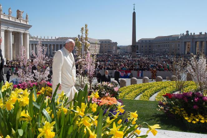 Le pape François dans le parc Saint-Pierre au Vatican le 8 avril.