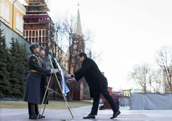 Le premier ministre grec, Alexis Tsipras, devant la tombe du Soldat inconnu, à Moscou, mercredi 8avril.