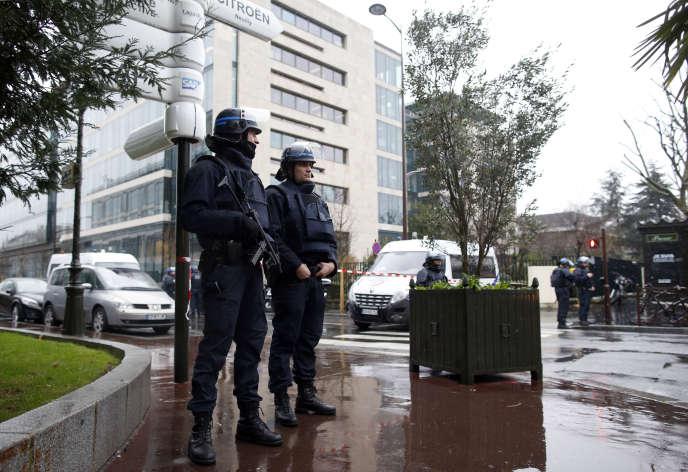 Des policiers surveillent les abords du siège de la DCRI, à Levallois-Perret, le 8 janvier, au lendemain de l'attaque des frères Kouachi contre