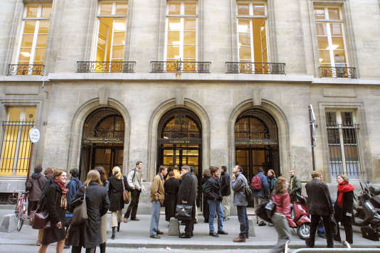 L'entrée de Sciences Po à Paris. L'IEP ne figure pas sur APB, nécessitant que les lycéens souhaitant passer l'examen d'entrée se renseignent directement sur son site.