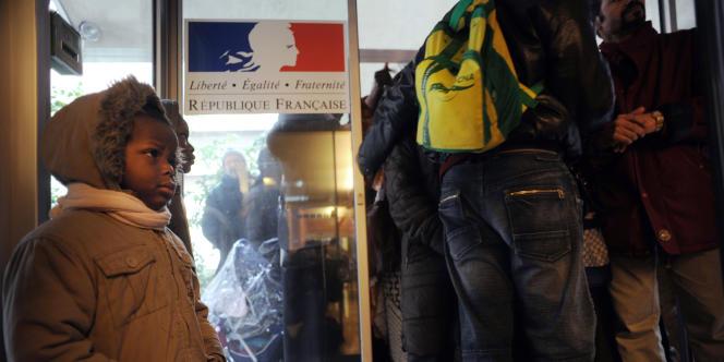 Des familles attendent pour retirer leur dossier de demande de logement au titre de la loi sur le droit au logement opposable, en janvier 2008 à la préfecture de Paris.
