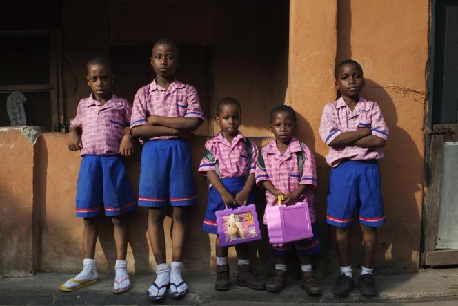 Des écoliers de retour de l'école à Lagos (Nigeria).