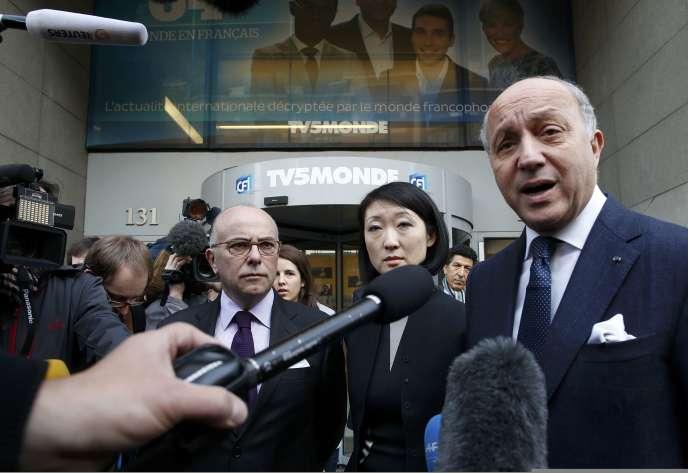 Bernard Cazeneuve, Fleur Pellerin et Laurent Fabius après leur visite au siège de TV5 Monde le 9 avril 2015.