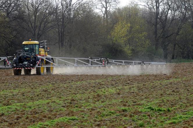 Epandage de pesticides à Villefranche-de-Lauragais (Haute-Garonne).