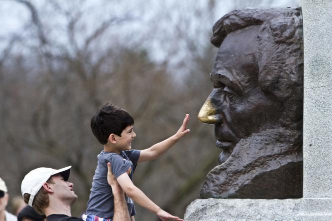 Devant la tombe d'Abraham Lincoln à Springfield (Illinois). Une coutume locale veut que lui toucher le nez porte bonheur.