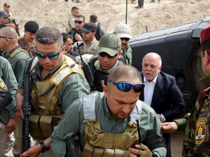 Le premier ministre irakien, Haïder Al-Abadi (droite) visite la base Habbaniya, située entre Fallouja et Ramadi, le 8 avril 2015.