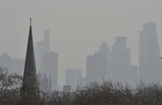 La City, à Londres, lors d'un pic de pollution le 10 avril 2015.