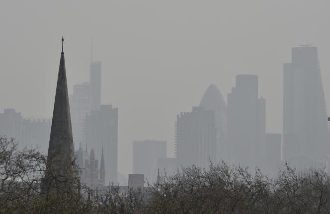 La City, à Londres, lors d'un pic de pollution le 10 avril.