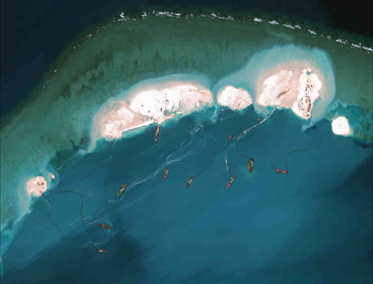 Des navires chinois draguent du sable pour aménager le récif de Mischief et en agrandir certains îlots, le 16 mars.