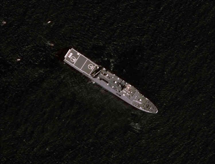 Un navire militaire chinois surveille le récif de Mischief, le 1er février.