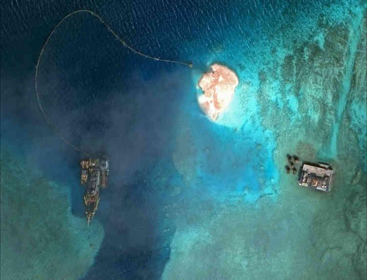 Un navire de dragage élargit l'une deux entrées du récif et utilise le sable retiré pour créer un polder, le 1er février 2015.