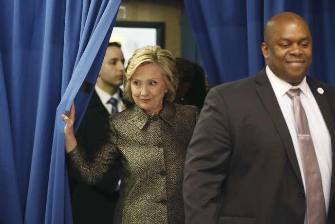 Hillary Clinton aux côtés de Richard Buery,  un adjoint au maire de New York, le 1er avril.