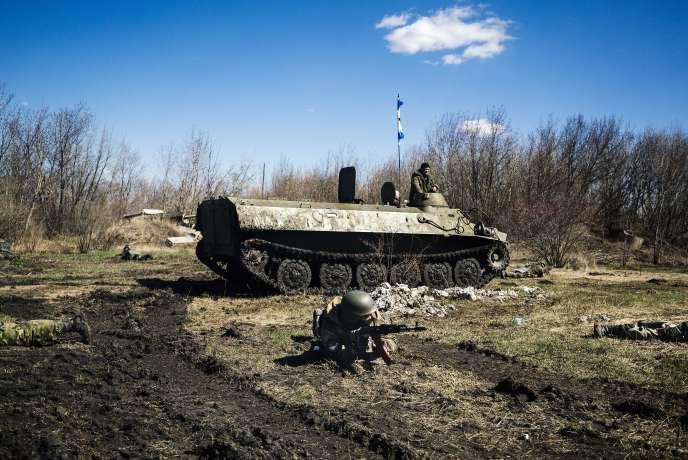 Des rebelles prorusses à Donetsk, le 10 avril.