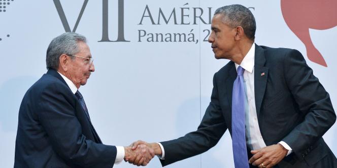 Raul Castro et Barack Obama se serrent la main au sommet des Amériques, le 11 avril.
