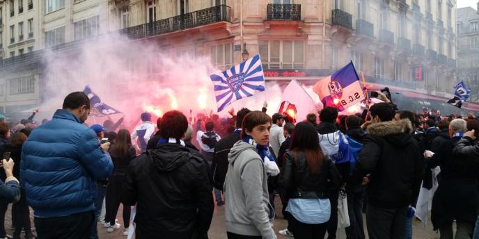 Les supporters bastiais allument des fumigènes dans le quartier des Halles, à Paris, 11 avril 2015.