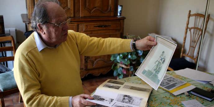 Jean-Jacques Maréchal montre des photos de son père, lorsqu'il était coureur.