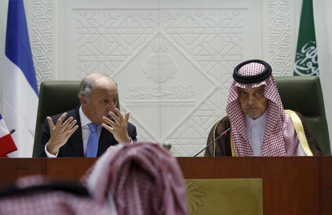 Laurent Fabius avec son homologue saoudien, le prince Saoud Al-Fayçal Ben Abdel Aziz Al-Saoud, le 12 avril, à Riyad.