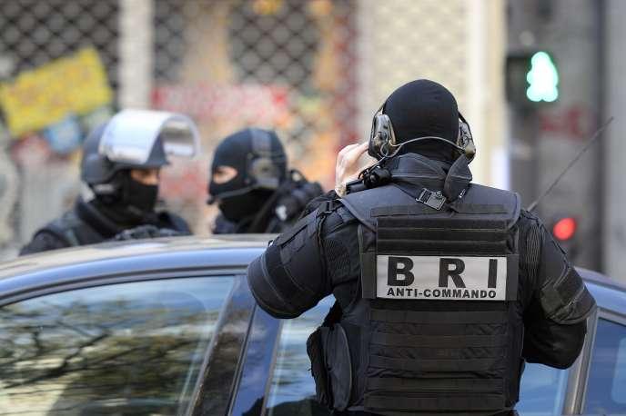 Un forcené s'est retranché dans un hôtel du 14e arrondissement de Paris, dimanche 12 avril.