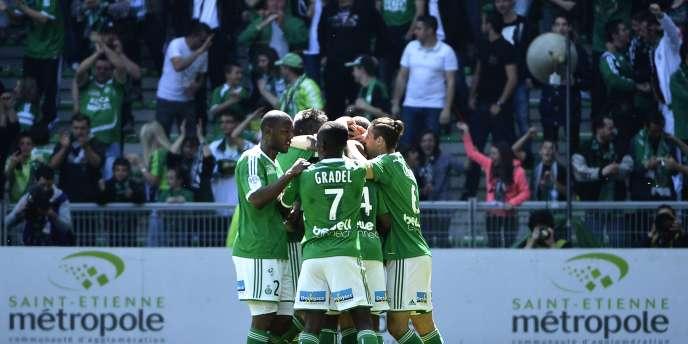 Les joueurs de Saint-Etienne félicitent Franck Tabanou après son but sur coup franc face à Nantes, au stade Geoffroy Guichard, le 12 avril 2015.