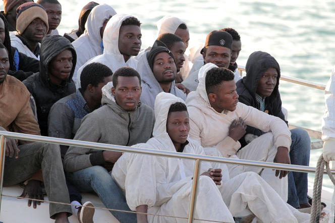 Des migrants arrivent au port d'Empedocle, en Sicile, le 13 avril 2015.