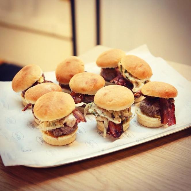 Des mini-burgers de chez Maison Food Market.
