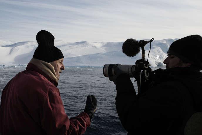 Laurent Fabius sur un brise-glace au large du village d'Ilulissat lors d'un voyage officiel au Groenland, le 23 mars 2015.