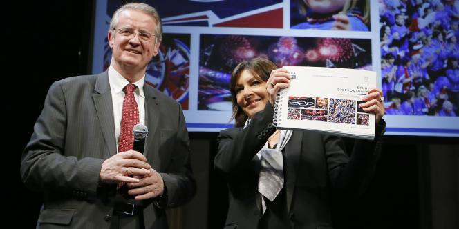 Bernard Lapasset, président du Comité français du sport international, et la maire de Paris, Anne Hidalgo, lors de la présentation du «rapport  d'opportunité» sur les JO, le12février 2015.