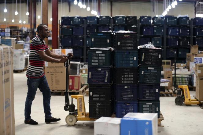 Un employé de l'entreprise de vente en ligne, Jumia  dans un entrepôt à Lagos (Nigeria)